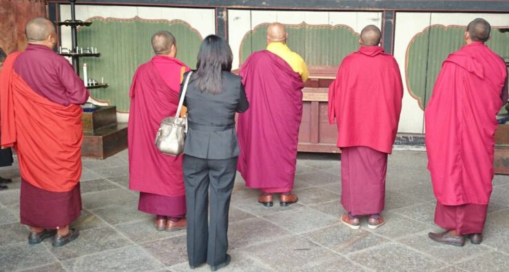 Buddhist monks in front of the Todaiji Temple - by train from Tokyo to Kyoto