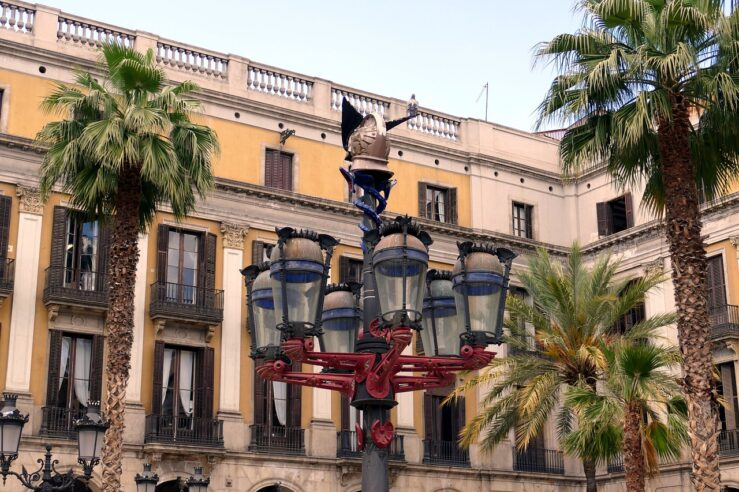 Must-see Museums, Sights Things to Do in Barcelona Plaça Reial